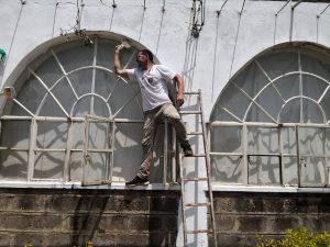 Οι εθελοντές χρειάστηκε να επέμβουν σε δύσκολα σημεία του κτηρίου ώστε να φέρουν εις πέρας το έργο τους. Ο Δήμος, δεν δίστασε καθόλου.