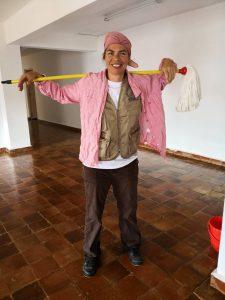 οι εθελοντές εν δράση. Η Κατερίνα κατά την διάρκεια της καθαριότητας της Παιδικής Στέγης.