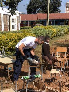Επιδιόρθωση σχολικού εξοπλισμού από τον εθελοντή Δημήτρη.